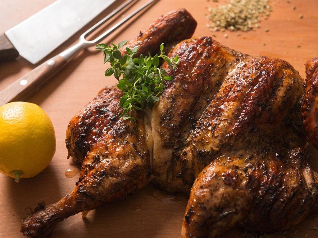 עוף בגריל במעשנת בשר ביתית - Traeger Grills מעשנת בשר, גריל, מנגל, טאבון, שבבי עץ לעישון וכלים