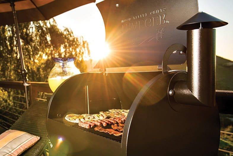 מעשנת ביתית קטנה - Traeger Grillsמעשנת בשר, גריל, מנגל, טאבון, שבבי עץ לעישון וכלים
