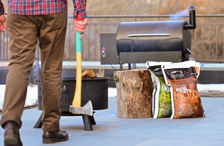 עץ לעישו בשר - Traeger Grillsמעשנת בשר, גריל, מנגל, טאבון, שבבי עץ לעישון וכלים