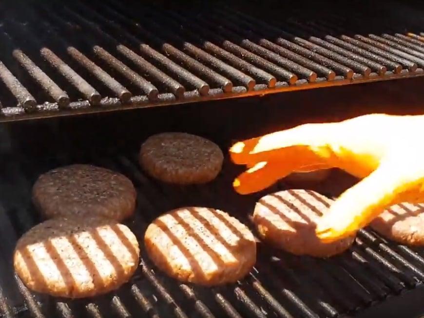 סרטוני מתכונים - המבורגר בטרייגר – בשיטת העישון המקדים– טרייגר גריל מעשנת בשר ביתית, שבבי עץ לעישון, גריל בשר, טאבון, כלים למנגל ואביזרים למנגל
