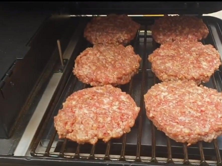 סרטוני מתכונים - המבורגר מעושן בטרייגר ריינג'ר– טרייגר גריל מעשנת בשר ביתית, שבבי עץ לעישון, גריל בשר, טאבון, כלים למנגל ואביזרים למנגל