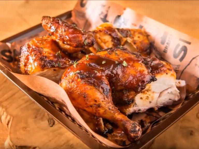 סרטוני מתכונים - עוף שטוח מעושן ברוטב ברביקיו– טרייגר גריל מעשנת בשר ביתית, שבבי עץ לעישון, גריל בשר, טאבון, כלים למנגל ואביזרים למנגל