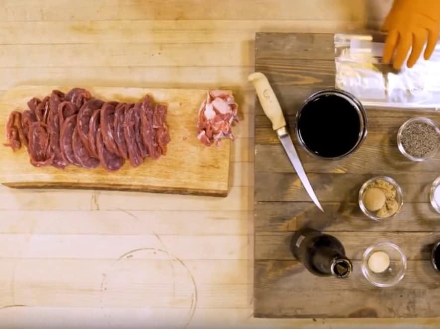 סרטוני מתכונים - ג'רקי בקר מעושן ומפולפל– טרייגר גריל מעשנת בשר ביתית, שבבי עץ לעישון, גריל בשר, טאבון, כלים למנגל ואביזרים למנגל
