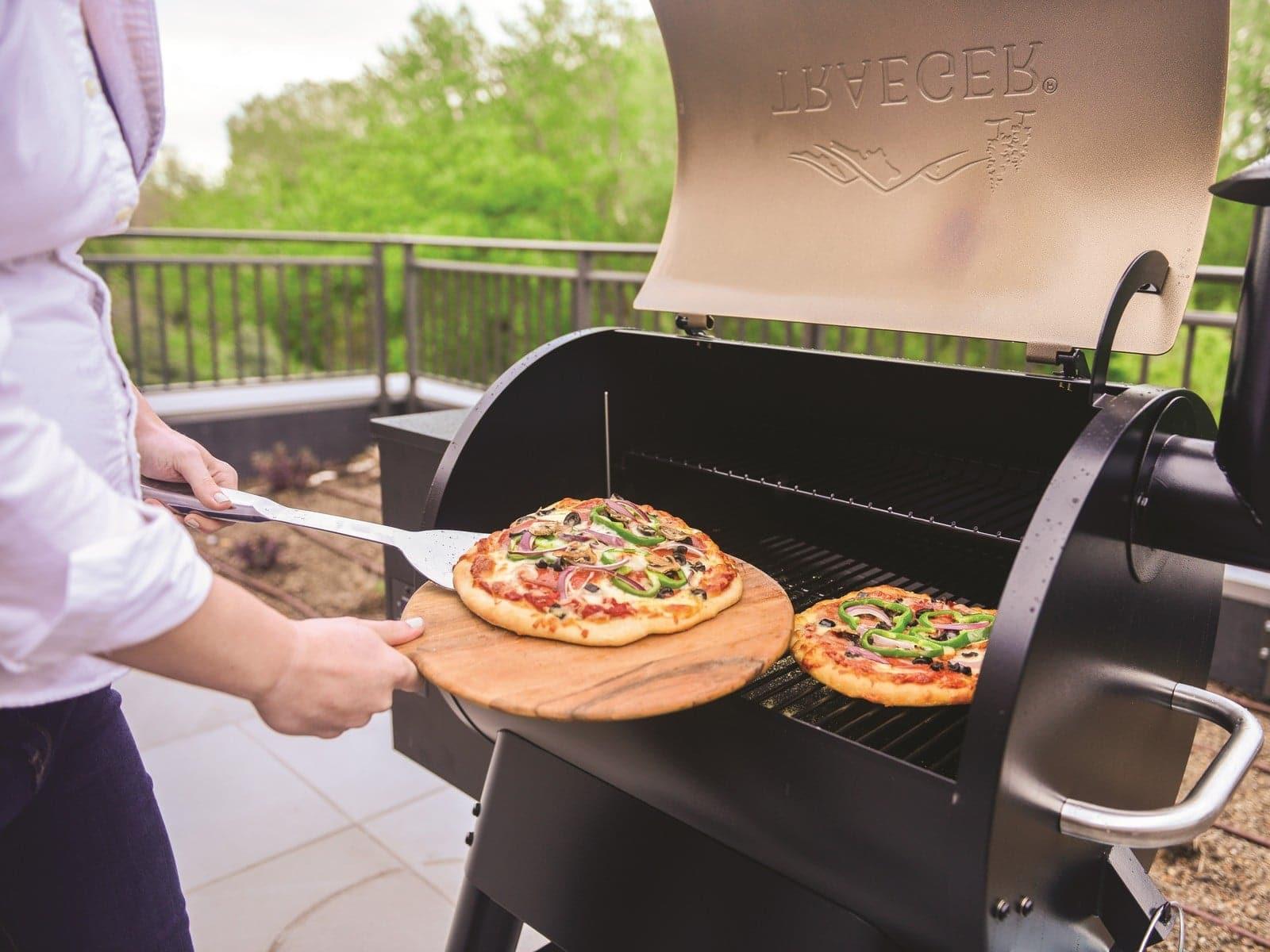 סרטוני מתכונים - להכין פיצה עם הילדים על הטרייגר– טרייגר גריל מעשנת בשר ביתית, שבבי עץ לעישון, גריל בשר, טאבון, כלים למנגל ואביזרים למנגל