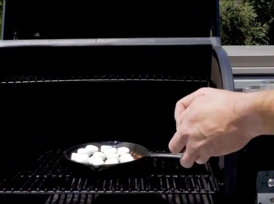 סרטוני מתכונים - מרשמלו ופקאן סיני מעושנים – קינוח מושלם בטרייגר– טרייגר גריל מעשנת בשר ביתית, שבבי עץ לעישון, גריל בשר, טאבון, כלים למנגל ואביזרים למנגל