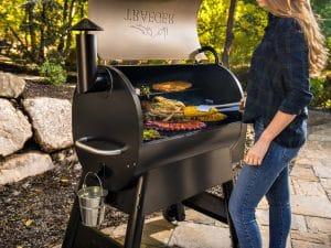 מעשנת בשר מקצועית לבית ולחצר של חברת Traeger Grills, מעשנת בשר, שבבי עץ לעישון, גריל בשר וטאבון דגם פרו 780
