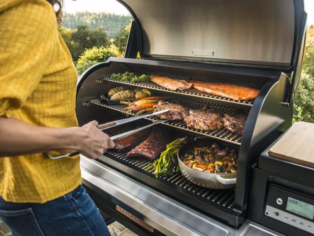 מעשנת בשר מקצועית לבית ולחצר של חברת Traeger Grills, מעשנת בשר, שבבי עץ לעישון, גריל בשר וטאבון