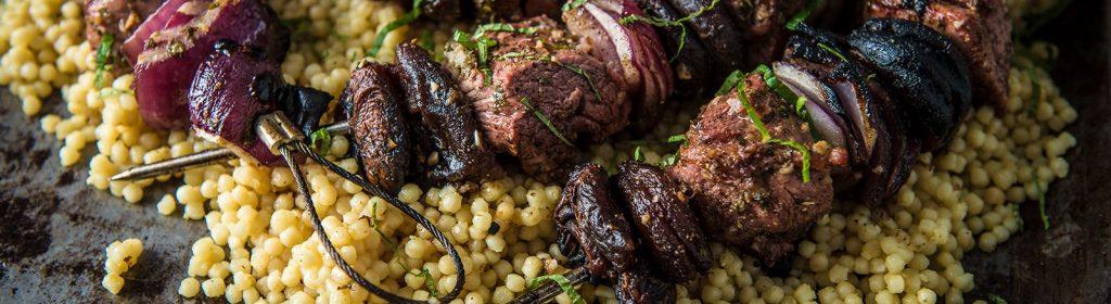 מתכון למעשנה שיפודי טלה – Traeger Grills גריל בשר, מעשנת בשר, כפיסי עץ לעישון וכלים למנגל