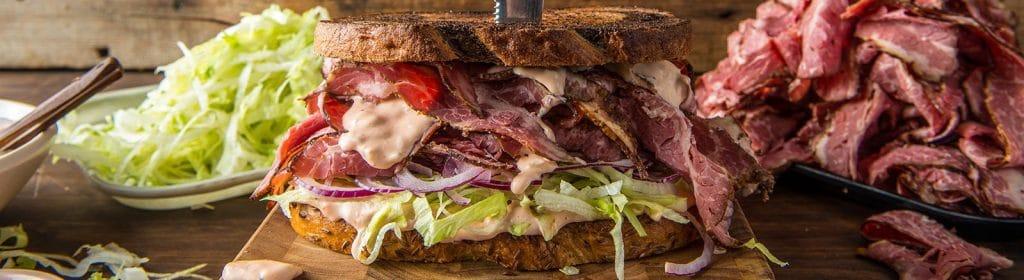 מתכון למעשנת בשר, סנדוויץ' פסטרמה מעושן, Traeger מומחים במעשנות בשר, שבבי עץ לעישון וכלים למנגל