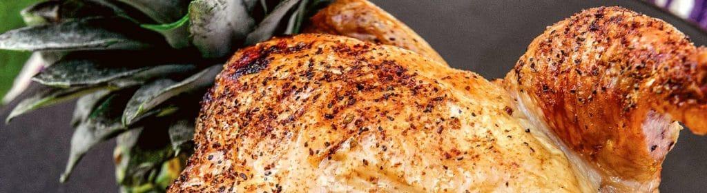 מתכון למעשנת בשר, עוף שיושב על אננס, Traeger מומחים במעשנות בשר, כפיסי עץ לעישון וערכות מנגל