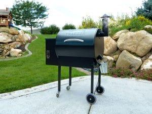 מעשנת בשר וגריל בשר דגם Traeger Lil Tex של חברת טרייגר גריל המומחים בייצור ושיווק של מעשנות בשר,שבבי עת לעישון, כלים למנגל ואביזרים למנגל