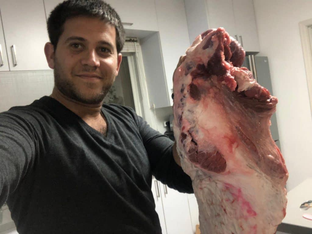 דובי אנגל מכין בשרים מעושנים במעשנת בשר של Traeger Grills – אין מה להתלבט!