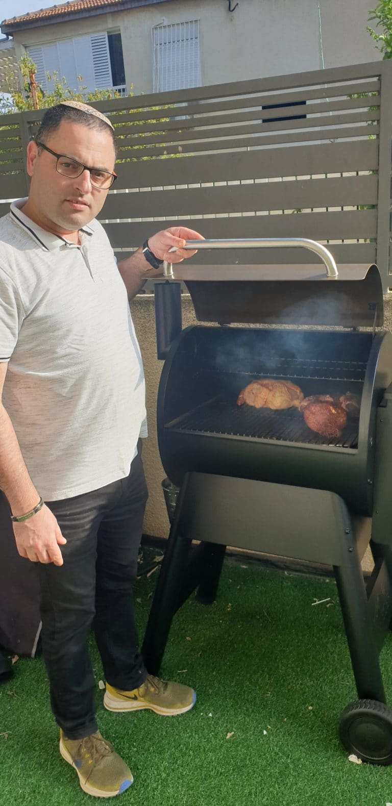מעשנת בשר של טרייגר פועלת כל הזמן, במיוחד בימי הקורונה