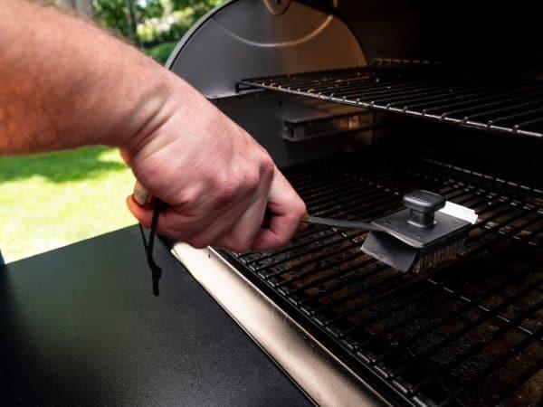 מברשת בטיחותית לניקוי רשתות של מעשנת בשר, טרייגר גריל מומחים בייצור מעשנות בשר, כלים למנגל, שבבי עץ לעישון ואביזרים למנגל