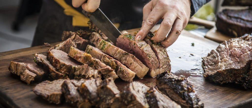סטייק פריים ריב עם חרדל ותערובת תבליני פרובאנס, טרייגר, מומחים ביצור מעשנות בשר, שבבי עץ לעישון וכלים למנגל