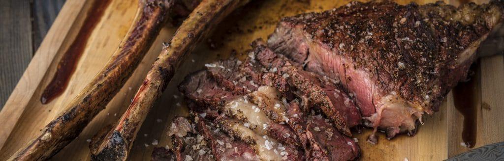 מתכון למעשנה, סטייק טומהוק - Traeger Grills, מעשנת בשר, שבבי עץ לעישון וכלים למנגל