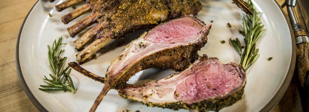 מתכון למעשנת בשר, צלעות טלה מעושנות - Traeger כי אין טעם בגריל אחר