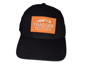 כובע שחור עם לוגו של חברת טרייגר, Traeger Grills מומחים במעשנות בשר