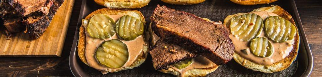 מתכון למעשנת בשר, סנדוויץ' בריסקט עם רוטב אמריקאי - Traeger Grills