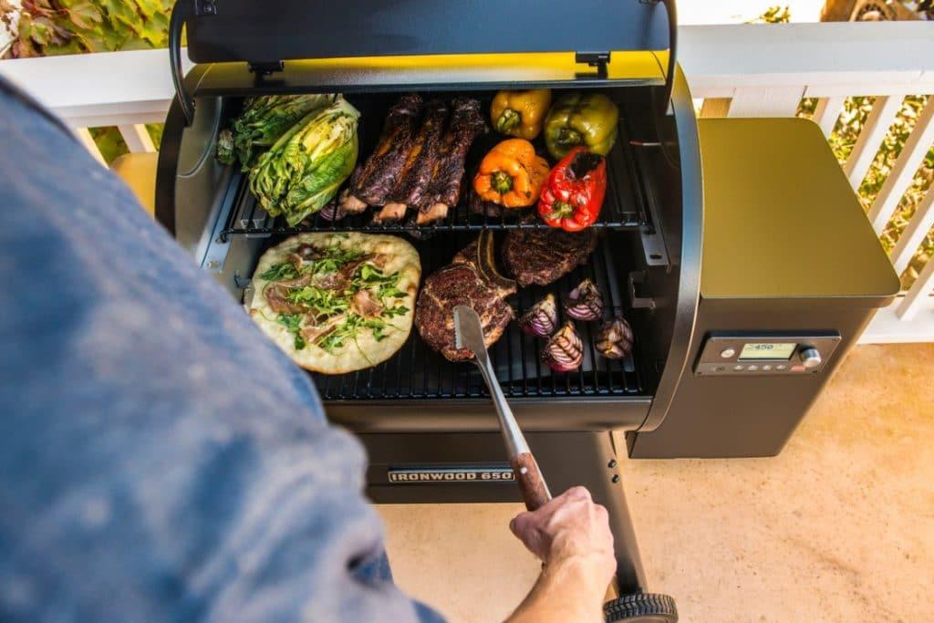סט כלים למנגל – טרייגר גריל מעשנת בשר