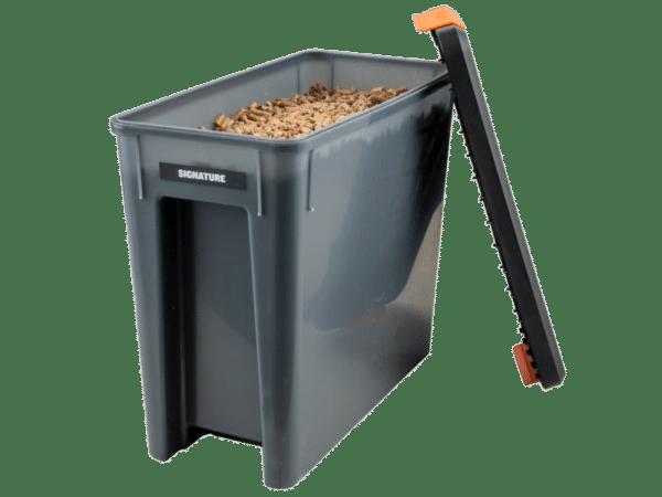 קופסא ומכסה לאחסון שבבי עץ לעישון במעשנה של חברת טרייגר