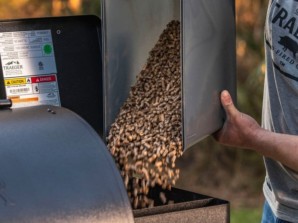 קופסא איכותית ועמידה לאחסון שבבי עץ לעישון במעשנה של חברת Traeger Grills